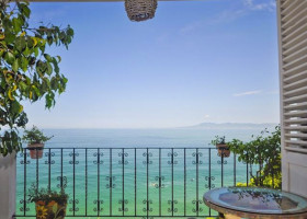 Condo Vallarta Manor features spectacular unobstructed Bay view with an open concept kitchen-living room for entertaining family and friends.